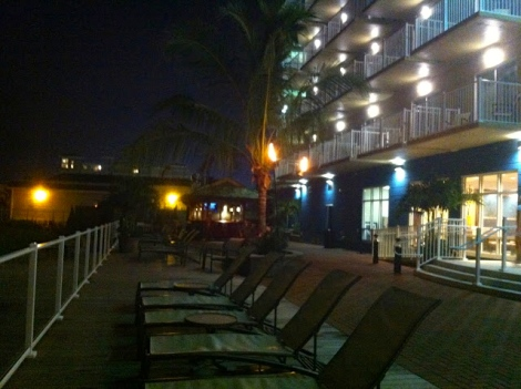 Evening atmosphere by the pool & tiki bar