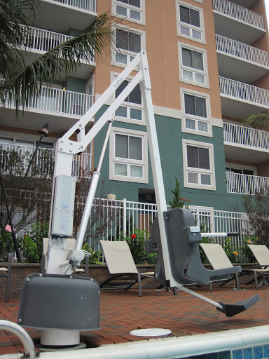 Cool lift-thingy that makes the pool handicapped accessible